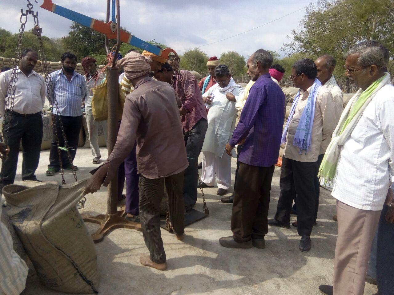 मुख्यमंत्री के विधान सभा क्षेत्र में धान के तौल में पकड़ी गई गड़बड़