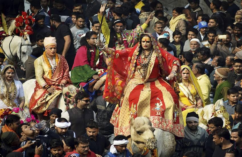 पहली बार कुंभ में हुई किन्नर अखाड़ों की पेशवाई, निकली रथ भव्य रथ यात्रा प्रयागराज में होने जा रहे विश्व के सबसे बड़े आध्यात्मिक समागम यानी कुम्भ के लिए पहली बार किन्नर अखाड़ा पहुंचा। पहली बार प्रयागराज में किन्नर अखाड़े की धूमधाम से यात्रा निकाली गई। इस दौरान किन्नर साधु संतों का दर्शन करने के लिए लाखों की तादाद में लोग वहां पहुंचे।