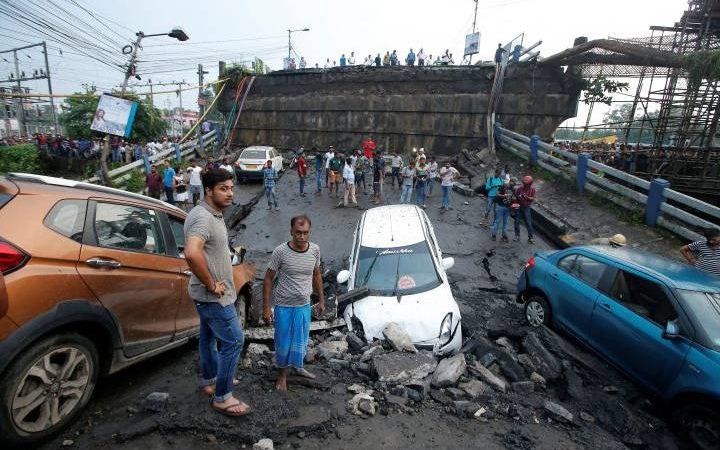 कोलकाता में फ्लाईओवर गिरने