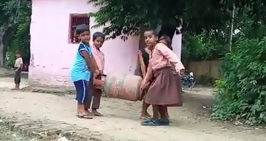 योगी राज में सरकारी स्कूलों का हाल, नन्हें हाथ कलम के बजाए उठा रहे सिलेंडर